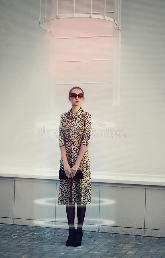 时尚、技术、未来和人概念-未来派妇女 免版税库存图片