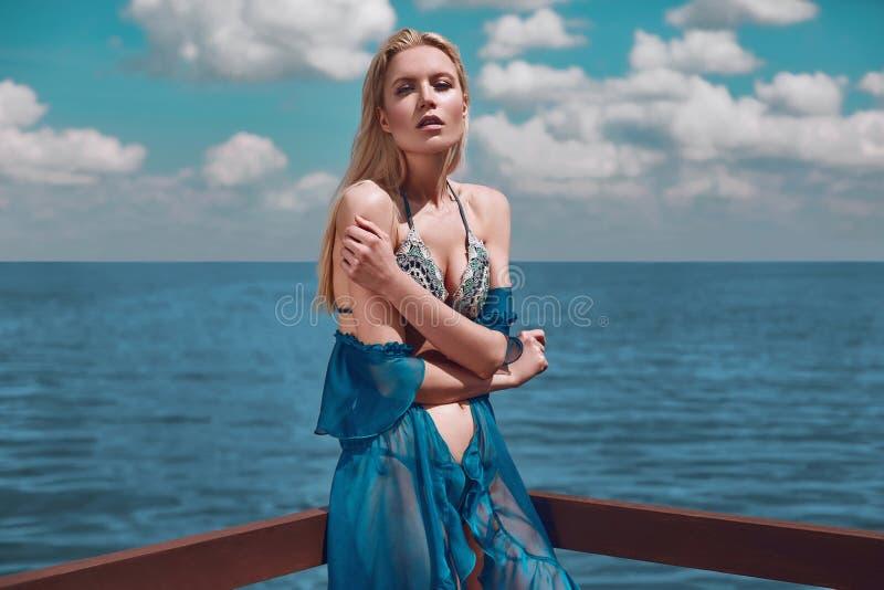 时尚、诱人的女孩被编织的泳装的和pareo 库存图片