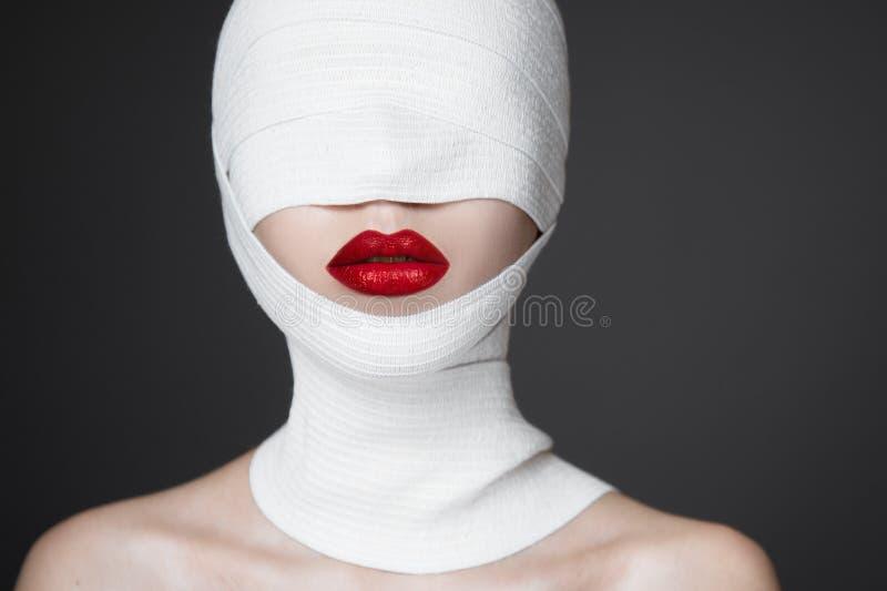 时尚与明亮的构成的妇女画象 长的睫毛和红色光滑的嘴唇 面孔构成 免版税库存图片