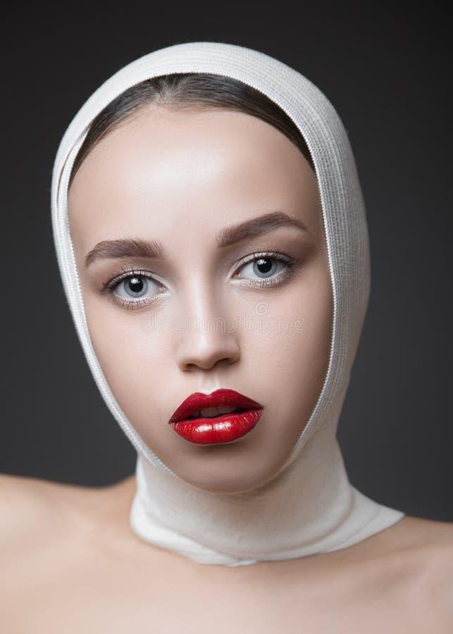时尚与明亮的构成的妇女画象 长的睫毛和红色光滑的嘴唇 面孔构成 免版税图库摄影