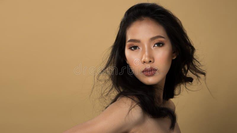 时尚亚洲妇女Tan皮肤黑色头发眼睛 免版税库存图片