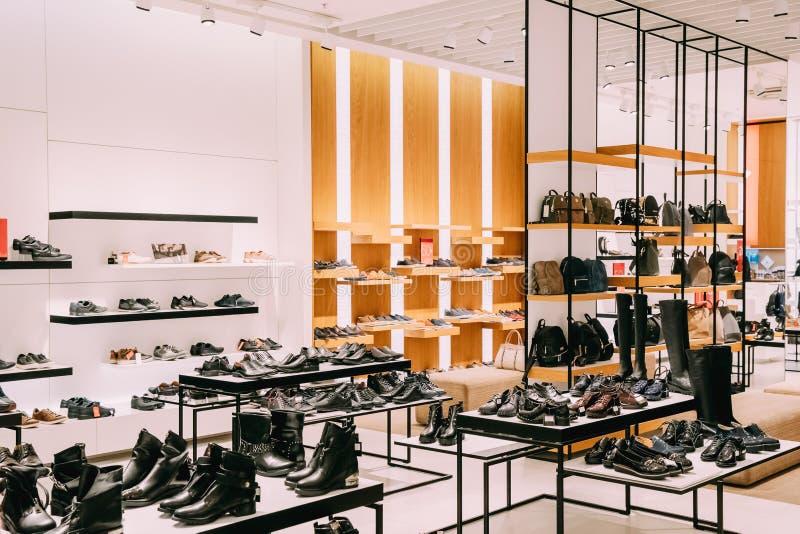 时尚便服起动和背包在购物中心商店  免版税库存照片
