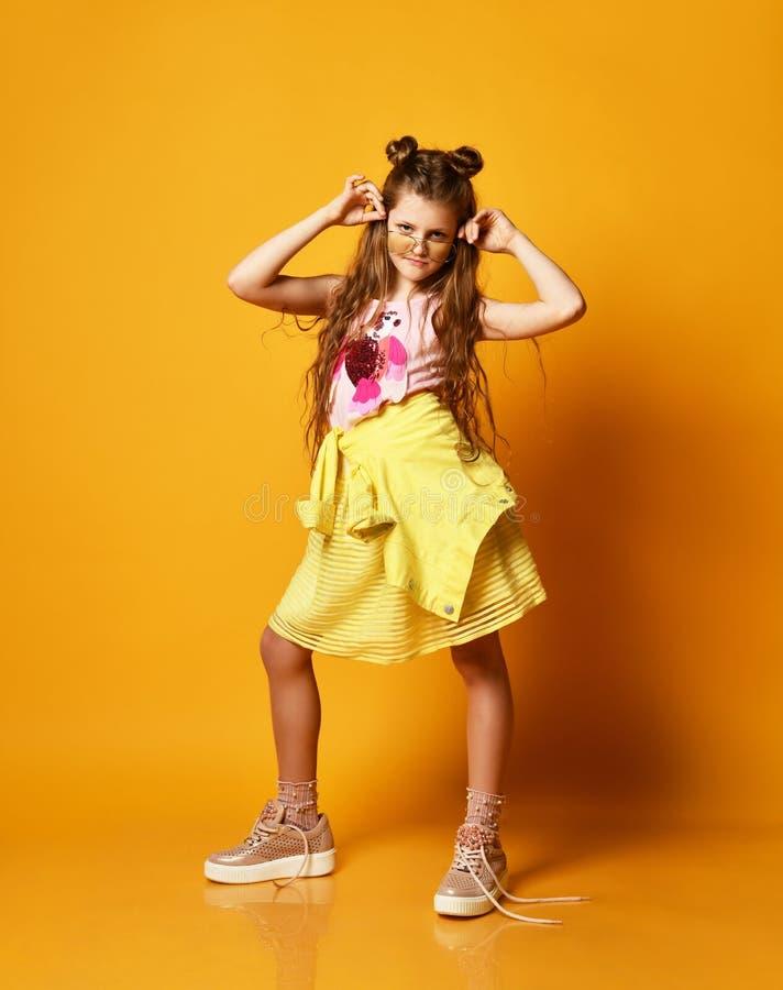 时尚和人概念:便服的时髦的女孩,摆在 库存照片