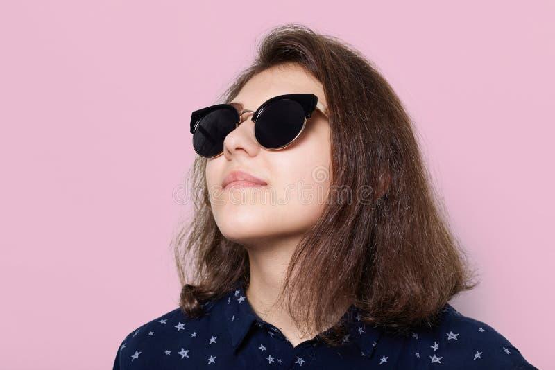 时尚和样式概念 一身时髦的典雅的年轻深色的穿戴 免版税库存照片