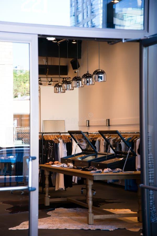 时尚商店内部有现代装置的范围的 免版税库存照片