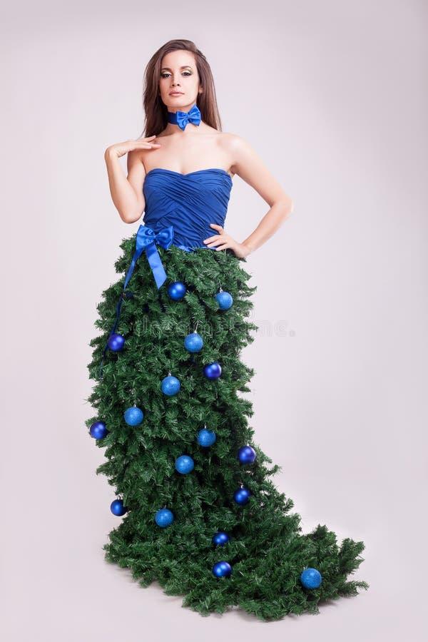 时尚圣诞节礼服概念的女孩在灰色背景 库存照片