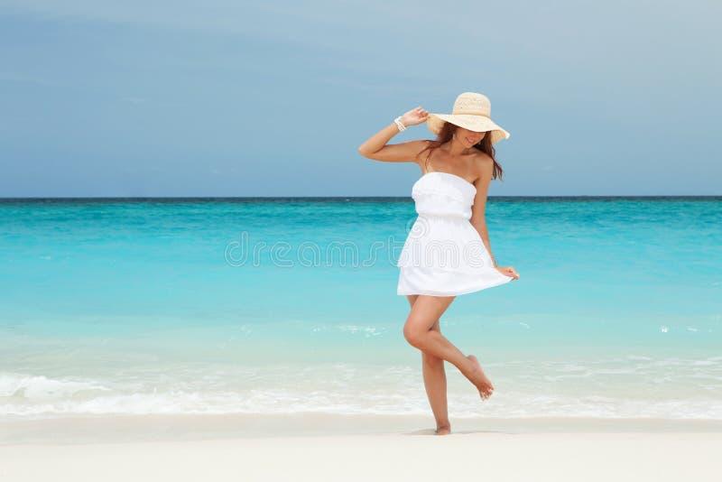 时尚在海滩的妇女跳舞 愉快的海岛生活方式 库存照片