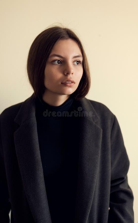 时尚在黑自然神色的生活方式模型 图库摄影