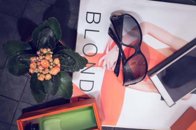 时尚夫人设置与芬芳和太阳镜片在黑背景附近 免版税库存照片