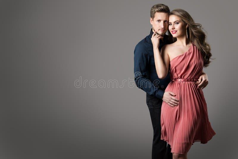 时尚夫妇、年轻美女夏天礼服的和典雅的人 免版税图库摄影