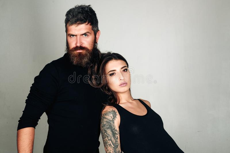 时尚夫妇 o 残酷有胡子的男人和妇女有纹身花刺的 美发师和理发店 纹身花刺沙龙 ? 图库摄影
