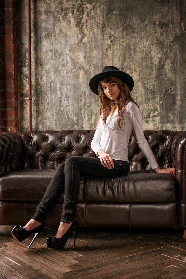 时尚女性戴帽子的画像 库存照片