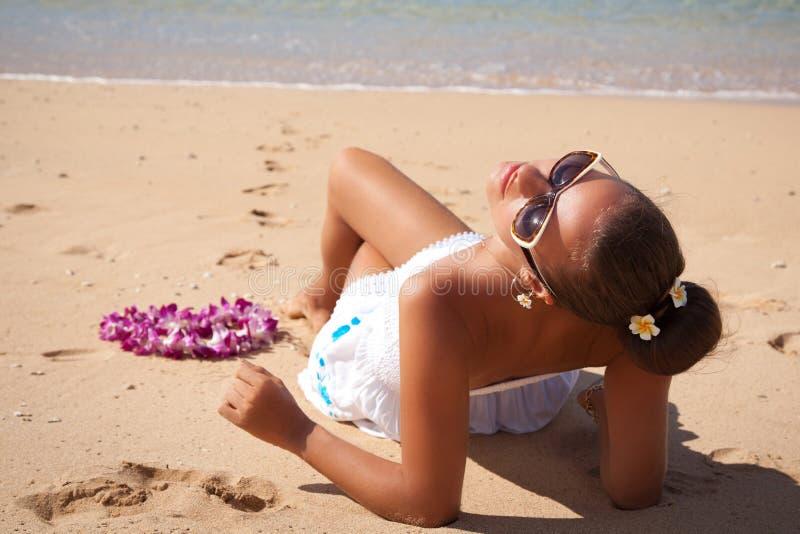 年轻时尚妇女在海滩,太阳崇拜者放松 图库摄影