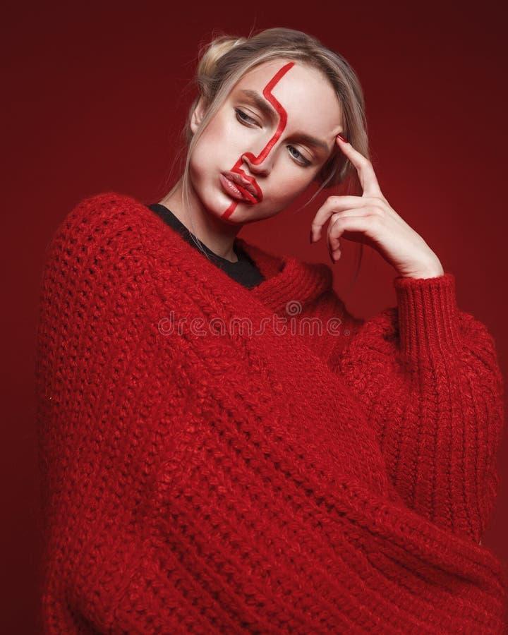 时尚妇女演播室照片有红线的在与罐头的面孔 图库摄影