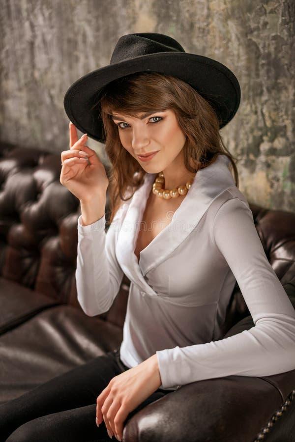 时尚妇女画象帽子的,美丽时髦 免版税库存照片
