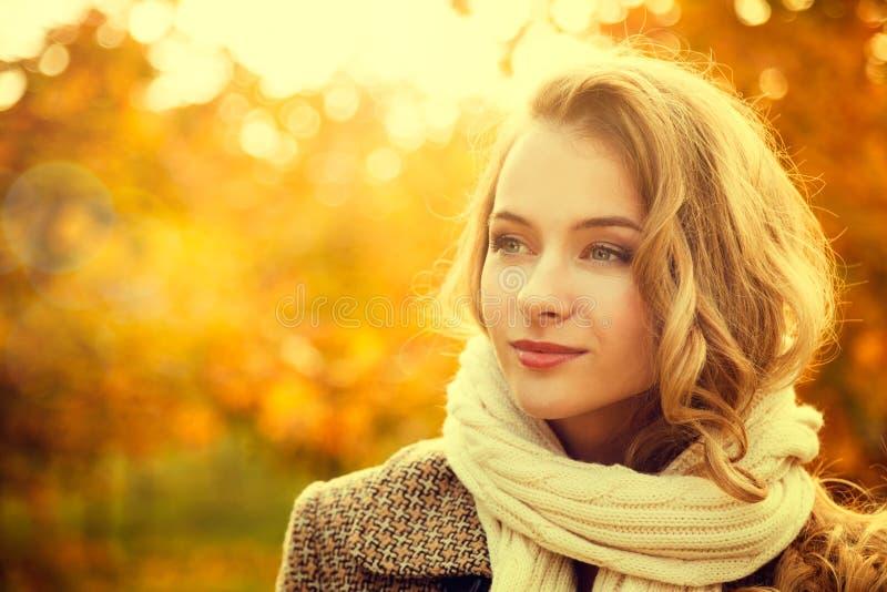 年轻时尚妇女画象秋天背景的 免版税库存照片
