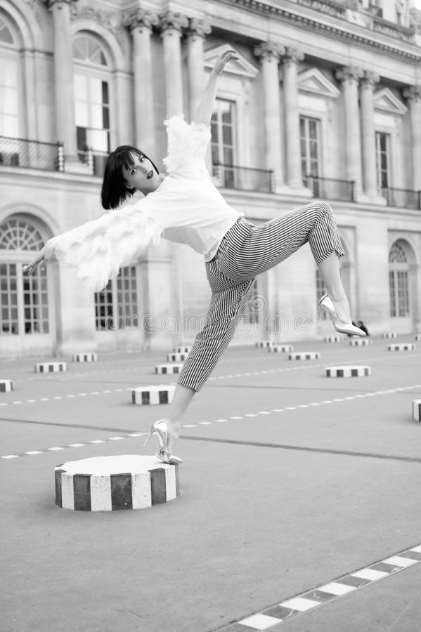时尚姿势的美丽的少妇在典型的法国广场在巴黎,法国 免版税库存照片