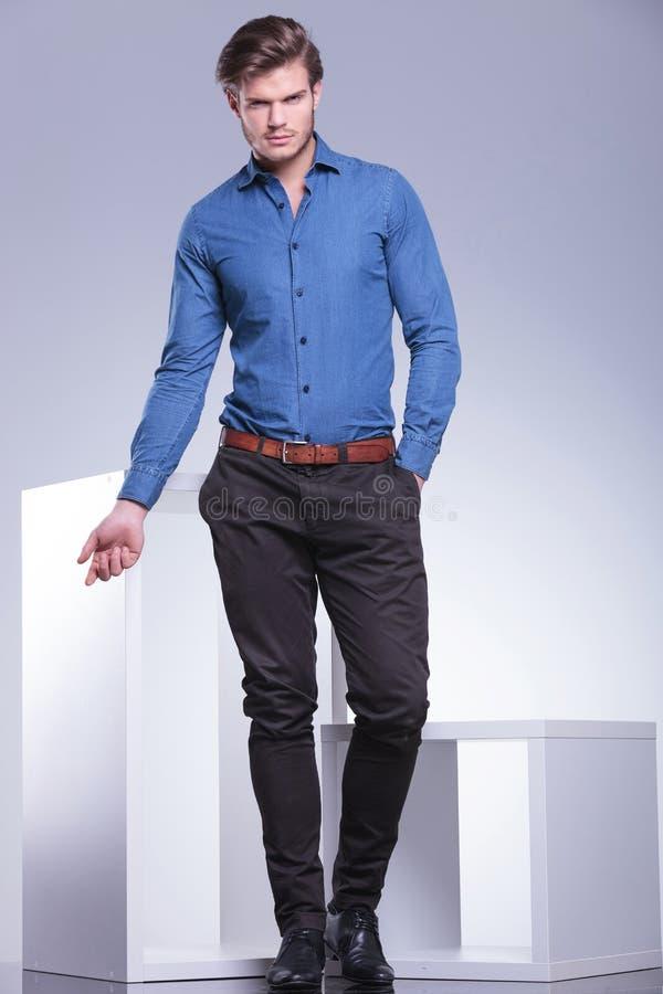 时尚姿势的聪明的偶然加工好的人 免版税图库摄影
