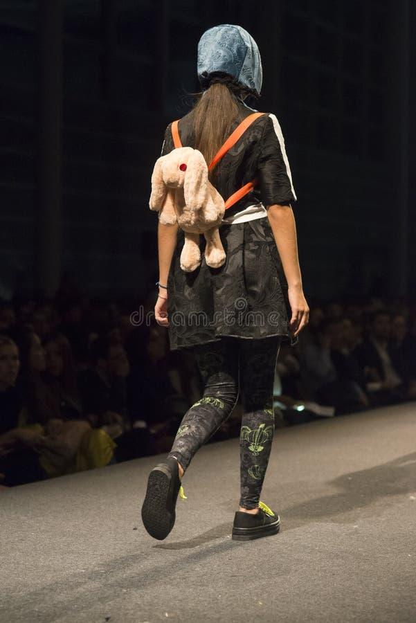 时尚学校的学生时装表演  库存照片