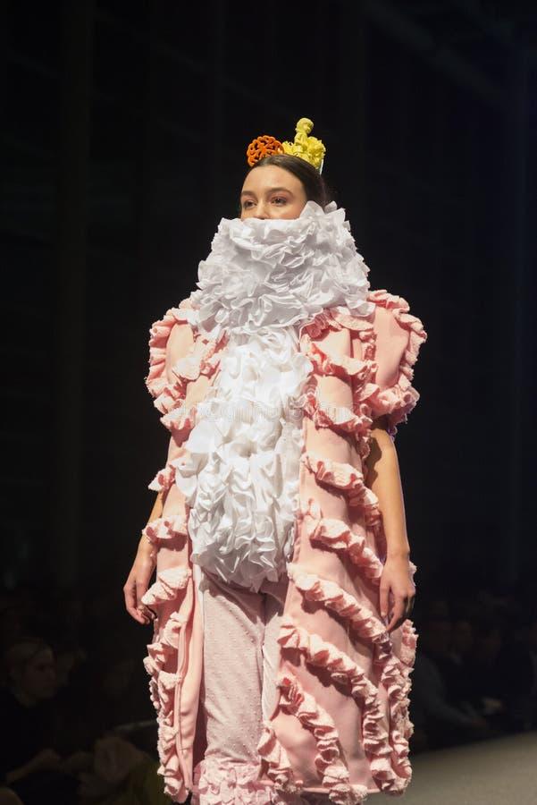 时尚学校的学生时装表演  免版税图库摄影