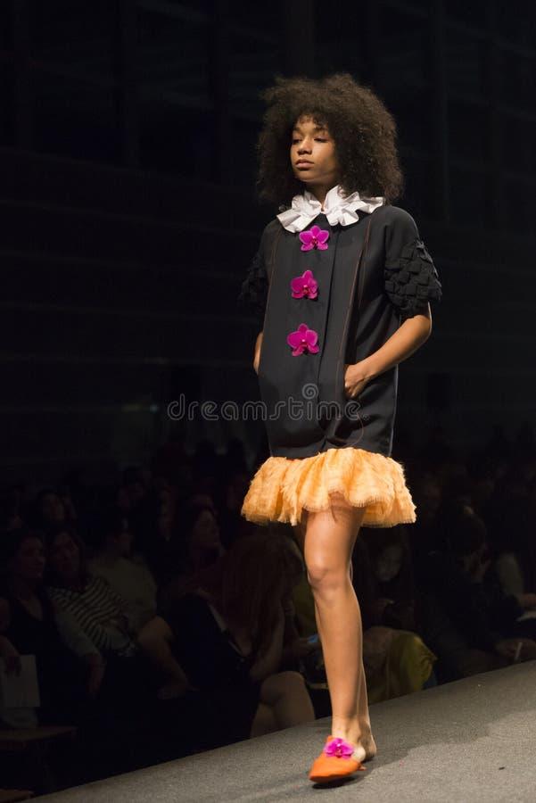 时尚学校的学生时装表演  免版税库存照片