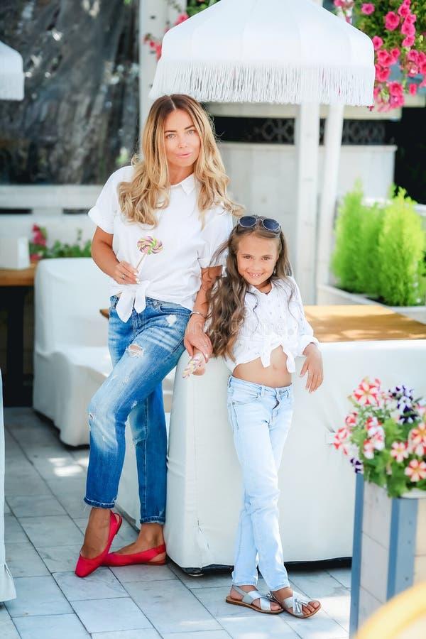 时尚家庭观念-时髦的母亲和儿童穿戴 幸福家庭的画象:有她的一年轻美女 图库摄影