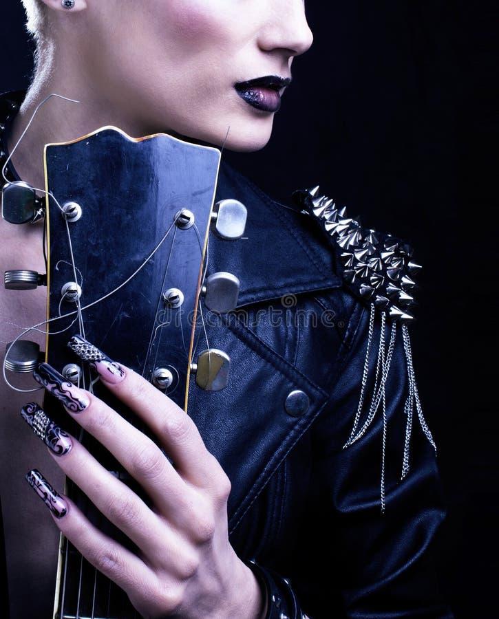 时尚摇摆物样式模型女孩画象 ?? 低劣的妇女构成、发型和黑钉子 发烟性眼睛 免版税库存照片