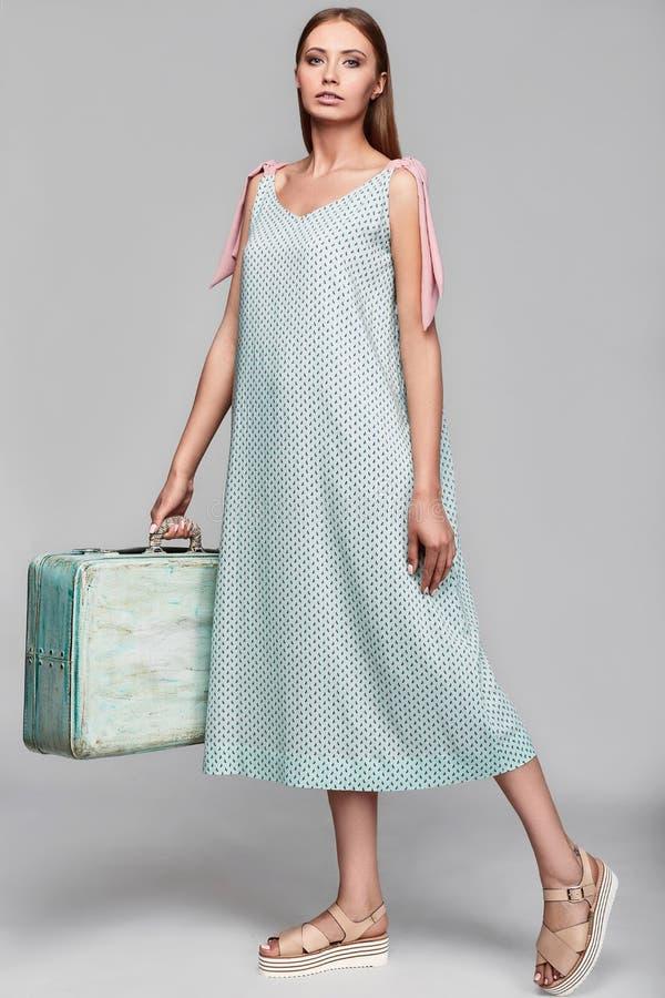 时尚时髦的妇女画象有案件的在五颜六色的裙子 图库摄影