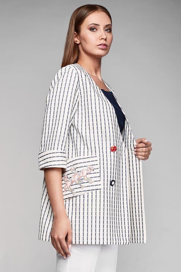 时尚时髦的赃物少妇画象夹克的 免版税库存图片