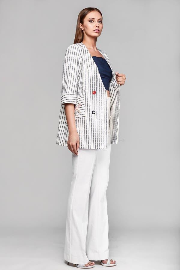 时尚时髦的赃物少妇画象夹克的 库存图片