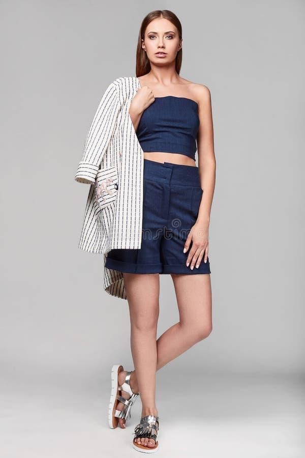 时尚时髦的赃物少妇画象夹克的 免版税库存照片