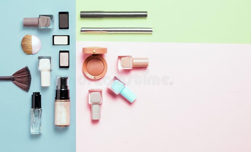 时尚明亮的指甲油和装饰化妆用品创造性的舱内甲板位置在五颜六色的背景 最小的样式 复制 免版税库存图片