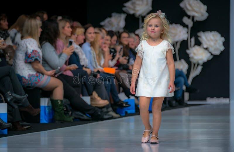 时尚星期在莫斯科2017年 儿童SPAIN/LA MODA巴拉NIÃ ` OS的西班牙时尚 图库摄影