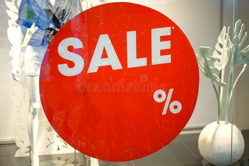 时尚服装店橱窗和销售标志 图库摄影