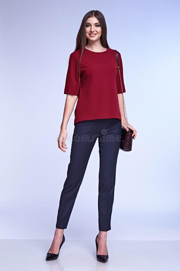 时尚样式妇女完善的身体形状深色的头发穿戴衣服 库存图片