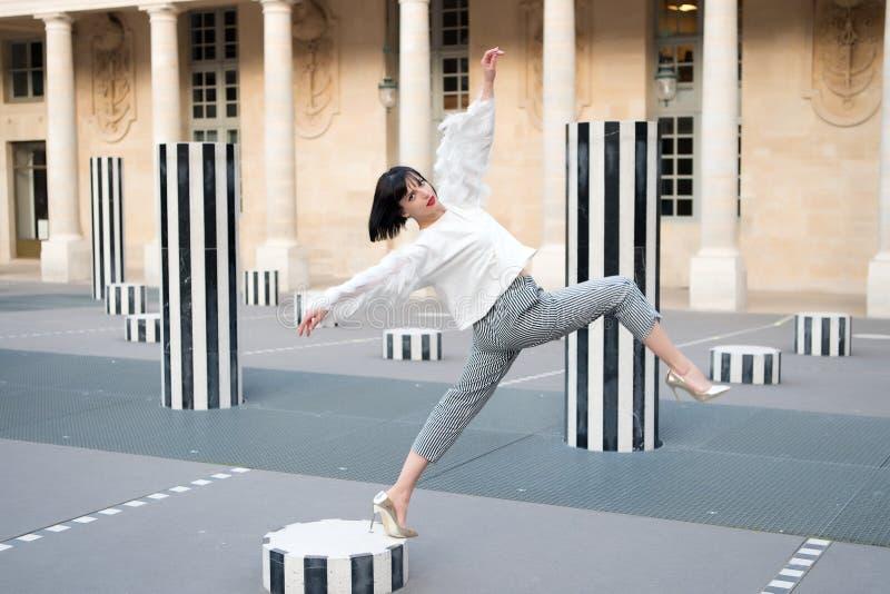 时尚样式的俏丽的女孩在巴黎,法国 免版税库存照片