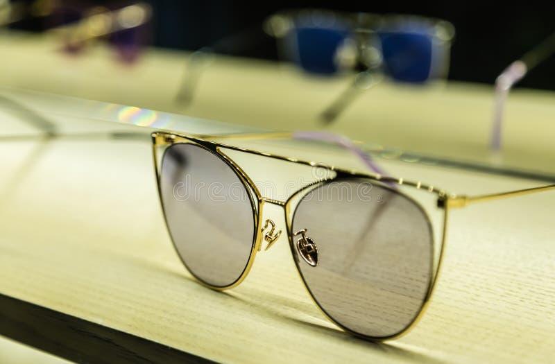 时尚样式金属在桌上的太阳镜显示 库存照片