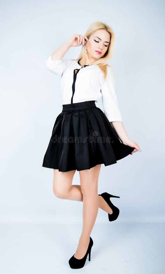 时尚照片女孩摆在 演播室射击 库存照片