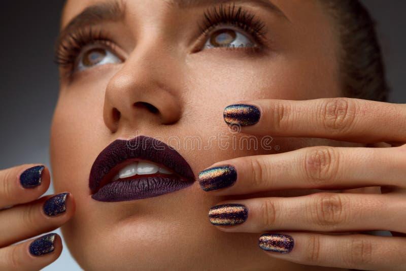 时尚特写镜头 有豪华构成和修指甲的迷人的妇女 图库摄影