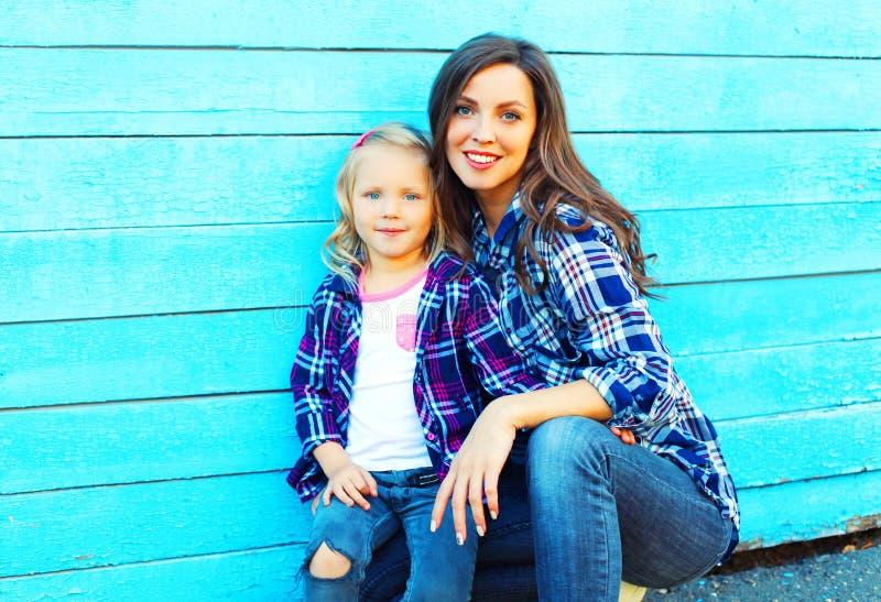 时尚画象母亲和儿童女儿 库存图片