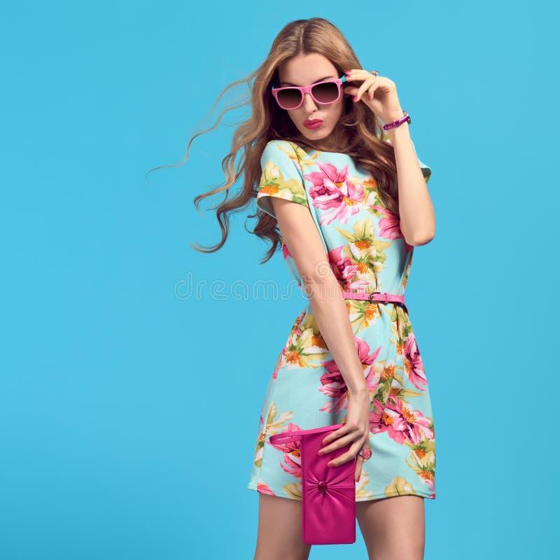 时尚白肤金发的妇女,时髦的夏天成套装备 免版税库存图片