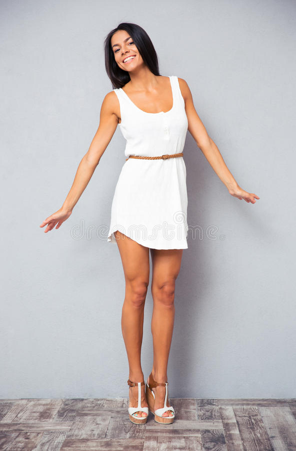 时尚白色礼服的迷人的妇女 库存照片