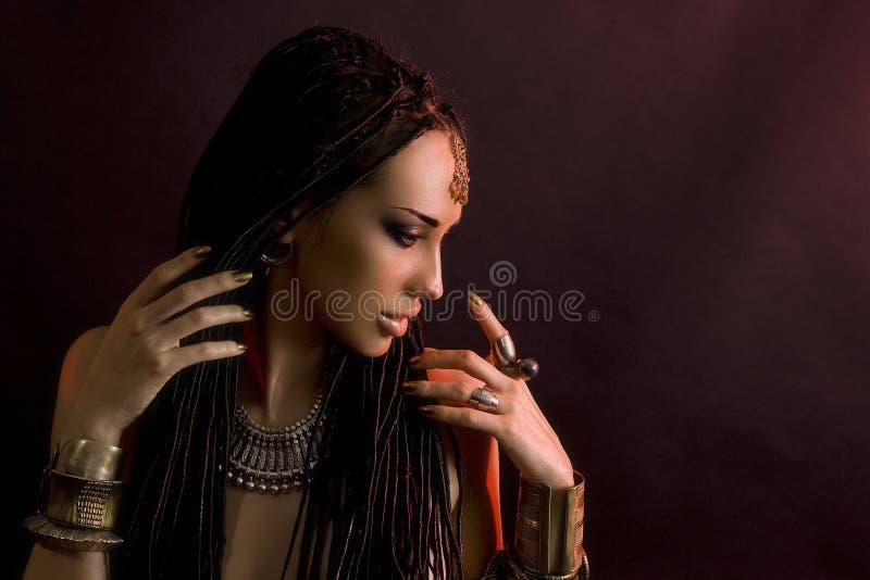 时尚秀丽和时髦的头发 构成 美丽的性感的妇女W 免版税库存图片