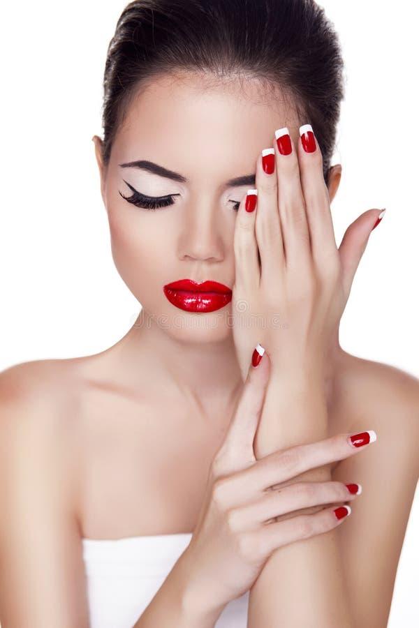时尚秀丽女孩。红色嘴唇。组成。被修剪的钉子。吸引 免版税库存照片