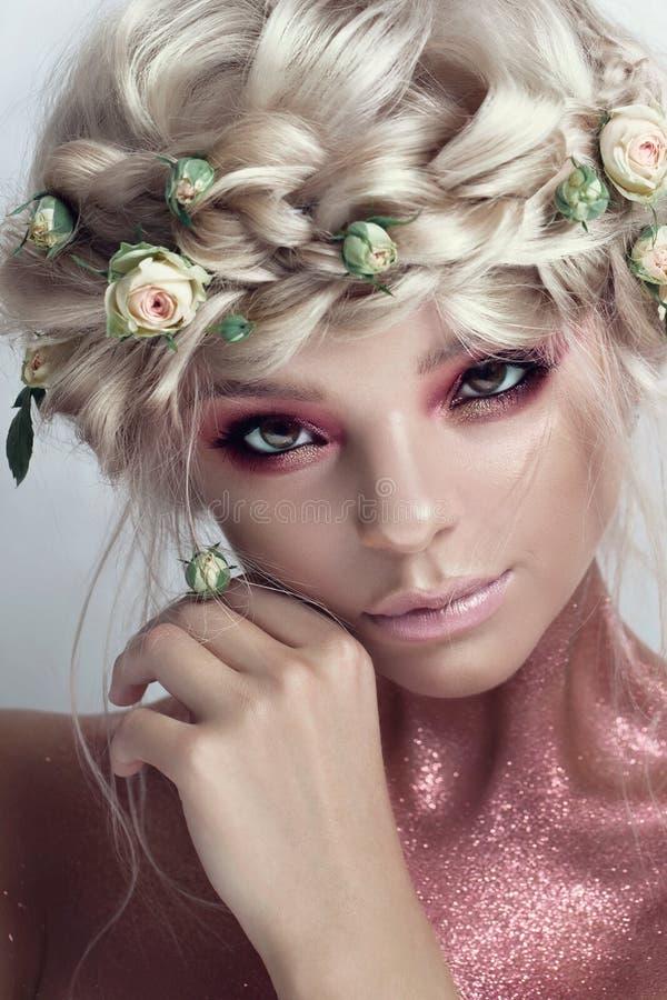 时尚秀丽有花头发的模型女孩 新娘 完善创造性组成和发型 免版税图库摄影