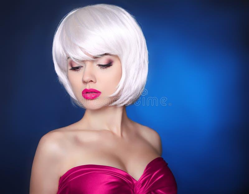 时尚秀丽白肤金发的女孩 构成 鲍伯发型 白色短的ha 免版税库存照片