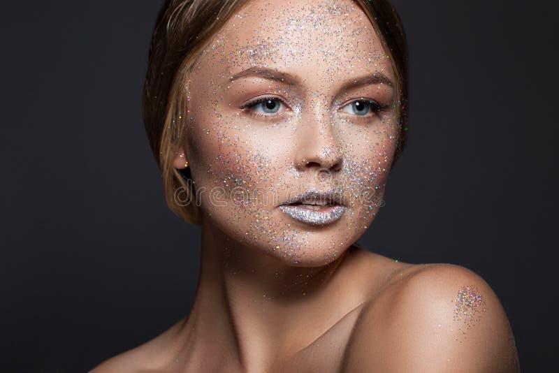 时尚秀丽魅力女孩 在闪烁粉末的面孔 妇女的接近的纵向 免版税图库摄影