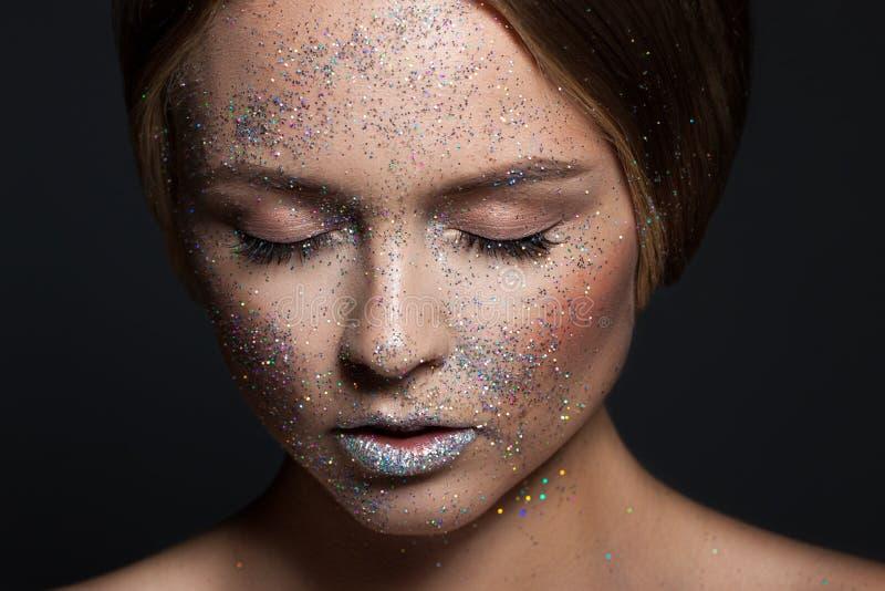 时尚秀丽魅力女孩 在闪烁粉末的面孔 妇女的接近的纵向 库存照片