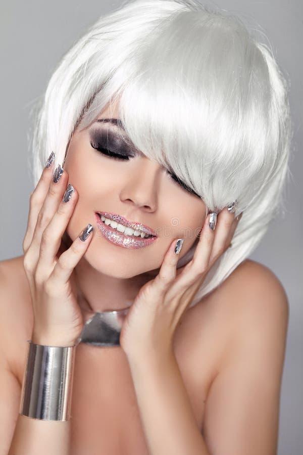 时尚秀丽画象妇女。白色短发。愉快的女孩Clos 库存图片