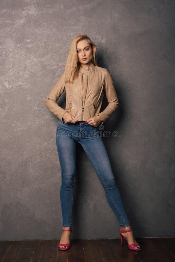 时尚秋天女孩 美好的在皮夹克的魅力时髦的模型,牛仔裤,高跟鞋 库存照片